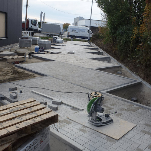 Apotheekteam Astene werken aan parking
